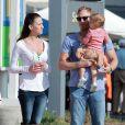Ian Ziering fait ses courses avec sa femme Erin Ludwig et leur fille Mia au marché de West Hollywood, le 7 octobre 2012.