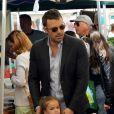 Après quelques courses réalisées au Farmer's Market de Brentwood, Jennifer Garner, Ben Affleck et leurs filles Seraphina et Violet se sont rendus à l'école de Palisades où ont participé à une compétition sportive. Le 28 avril 2013 à Los Angeles.