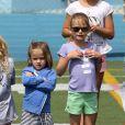 Après quelques courses réalisées au Farmer's Market de Brentwood, les acteurs Jennifer Garner et Ben Affleck et leurs filles se sont rendus à l'école de Palisades où Seraphina et Violet ont participé à une compétition sportive. Le 28 avril 2013 à Los Angeles.