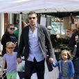 Après quelques courses réalisées au Farmer's Market de Brentwood, Jennifer Garner, Ben Affleck et leurs adorables filles se sont rendus à l'école de Palisades où Seraphina et Violet ont participé à une compétition sportive. Le 28 avril 2013 à Los Angeles.