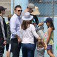 Après quelques courses réalisées au Farmer's Market de Brentwood, Jennifer Garner, Ben Affleck et leurs filles se sont rendus à l'école de Palisades où Seraphina et Violet ont participé à une compétition sportive. Le 28 avril 2013 à Los Angeles.