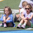 Après quelques courses réalisées au Farmer's Market de Brentwood, Jennifer Garner, Ben Affleck et leurs filles se sont allés à l'école de Palisades où Seraphina et Violet ont participé à une compétition sportive. Le 28 avril 2013 à Los Angeles.
