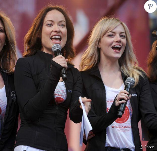 Olivia Wilde et Emma Stone, très motivées, pour la 16e marche pour les femmes organisée par la marque Revlon pour la recherche contre le cancer. Cette dernière s'est déroulée de Times Square à Central Park à New York, le 4 mai 2013.