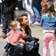 Belle journée pour Jessica Alba et son mari Cash Warren qui se promènent dans les rues de New York avec leurs filles et la nounou. Le 5 mai 2013