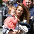 Jessica Alba et son mari Cash Warren se promènent dans les rues de New York avec leurs filles et la nounou. Le 5 mai 2013