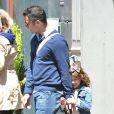 Un papa poule au top ! Cash Cash Warren et ses filles se promènent dans les rues de New York. Le 5 mai 2013
