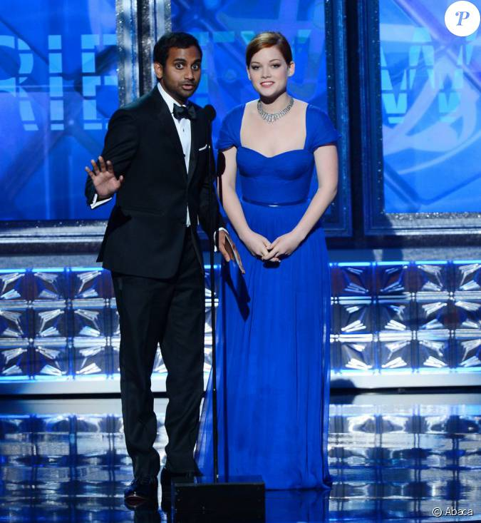 aziz ansari et jane levy sur la sc ne des 64e emmy awards au nokia theatre de los angeles le 23. Black Bedroom Furniture Sets. Home Design Ideas