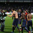 Zlatan Ibrahimovic exulte face aux photographes après le titre de champion de France acquis suite à la victoire du PSG sur la pelouse de l'Olympique Lyonnais, le 12 mai 2013 à Lyon