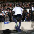 Mamadou Sakho se déshabille et partage ses affaires avec les supporters après la victoire du PSG qui lui offre le titre de champion de France sur la pelouse de l'Olympique Lyonnais, le 12 mai 2013 à Lyon