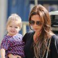 Victoria Beckham fait du shopping avec sa fille Harper dans les rues de Paris le 4 mai 2013.