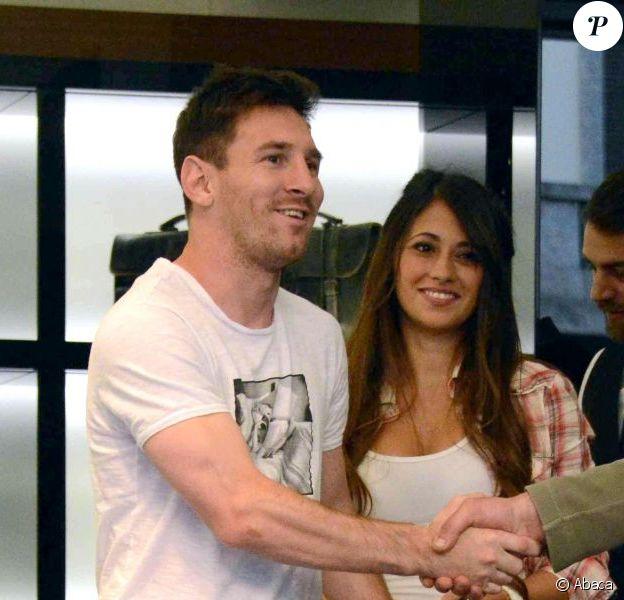 Lionel Messi et sa compagne Antonella Roccuzzo font du shopping dans une boutique Dolce & Gabbana à Milan, le 14 mai 2013.