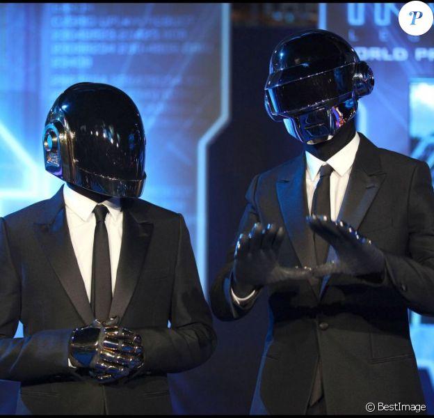 """Le duo Daft Punk pour la première mondiale de """"Tron : Legacy"""" à Los Angeles, le 11 décembre 2010."""