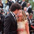 Tomer Sisley et Agathe de la Fontaine s'embrassent pendant la montée des marches du film Inside Llewyn Davis lors du 66e festival du film de Cannes, le 19 mai 2013.