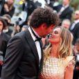 Tomer Sisley et Agathe de la Fontaine en couple lors de la montée des marches du film Inside Llewyn Davis lors du 66e festival du film de Cannes, le 19 mai 2013.