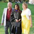 Eva Longoria pose avec ses parents Enrique Longoria Jr. et Ella Eva Mireles lors de la cérémonie de reprise de diplôme de son  Master's Degree  à la California State University à Northridge en Californie, le 22 mai 2013.