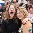 Léa Seydoux et Adèle Exarchopoulos s'éclatent au photocall du film La vie d'Adéle lors du 66e Festival de Cannes le 23 mai 2013.
