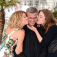 Abdellatif Kechiche embrassé par Léa Seydoux, Adèle Exarchopoulos au photocall du film La vie d'Adéle lors du 66e Festival de Cannes le 23 mai 2013.