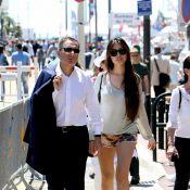 Eric Besson et Yasmine en minishort pour une balade sur la Croisette à Cannes
