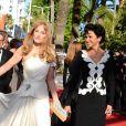 """Arielle Dombasle et Farida Khelfa  - Montée des marches du film """"Nebraska"""" du réalisateur Alexander Payne, présenté en compétition, lors du 66e Festival de Cannes, le 23 mai 2013."""