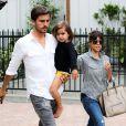 Kourtney Kardashian, maman chic avec son fils Mason et son compagnon Scott Disick à la sortie du restaurant Pedalers Fork à Calabasas. Le 23 mai 2013.