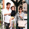 Kourtney Kardashian, son compagnon Scott Disick et leur fils Mason quittent le restaurant Pedalers Fork à Calabasas. Le 23 mai 2013.