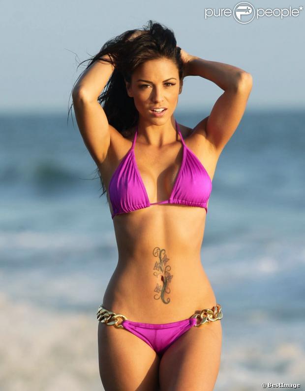 Melissa Riso, irrésistible en bikini lors d'une séance photo sur une plage à Malibu. Le 23 mai 2013.