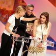 Léa Seydoux, Abdellatif Kechiche et Adèle Exarchopoulos célèbrent la Palme d'or pour La Vie d'Adèle, sans mentionner l'auteure de la BD originelle, lors de la cérémonie de clôture du 66e Festival de Cannes, le 26 mai 2013.