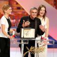 Léa Seydoux, Abdellatif Kechiche et Adèle Exarchopoulos en joie avec la Palme d'or pour La Vie d'Adèle lors de la cérémonie de clôture du 66e Festival de Cannes, le 26 mai 2013.