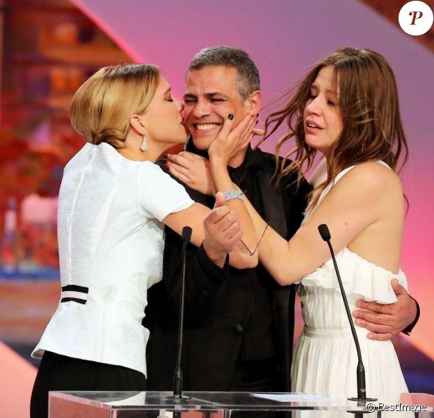 Léa Seydoux, Abdellatif Kechiche et Adèle Exarchopoulos en joie après la Palme d'or pour La Vie d'Adèle lors de la cérémonie de clôture du 66e Festival de Cannes, le 26 mai 2013.