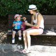 Victoria Prince donne à manger à son adorable petite Jordan au zoo, à Los Angeles, le 29 mai 2013