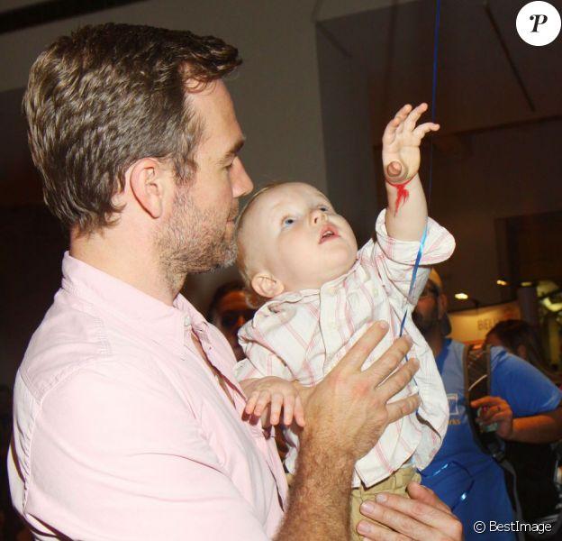 """James Van Der Beek avec son bébé Joshua lors de la 16e Baby Shower """"Big City Moms"""" à New York, le 30 mai 2013"""