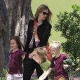 L'actrice Julia Roberts emmène son fils Henry et des amis à lui au musée d'Histoire naturelle, le 24 mai 2013 à Los Angeles.
