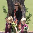 La belle Julia Roberts emmène son fils Henry et des amis à lui au musée d'Histoire naturelle, le 24 mai 2013 à Los Angeles.