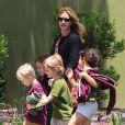 Julia Roberts emmène son fils Henry (5 ans) et des amis à lui au musée d'Histoire naturelle, le 24 mai 2013 à Los Angeles.