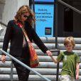 Julia Roberts emmène son fils Henry et des amis à lui au musée d'Histoire naturelle, le 24 mai 2013 à Los Angeles.