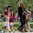 Julia Roberts emmène son fils Henry, âgé de 5 ans, et des amis à lui au musée d'Histoire naturelle, le 24 mai 2013 à Los Angeles.