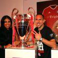 Franck Ribéry et son épouse Wahiba prennent la pause au côté des trophées glânés cette saison par le Bayern Munich, dont la prestigieuse Ligue des Champions, à Munich le 2 juin 2013