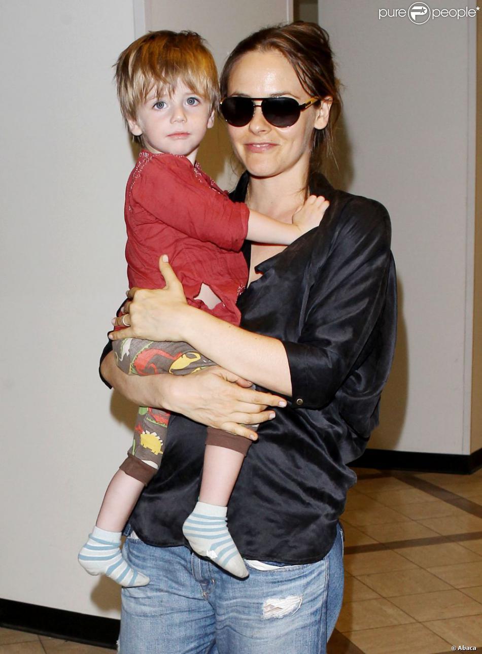 Alicia Silverstone et son fils Bear Blu Jarecki à l'aéroport LAX de Los Angeles, le 3 juin 2013.