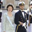 La reine Silvia de Suède et son fils le prince Carl Philip au mariage de la princesse Madeleine de Suède et de Chris O'Neill au palais royal à Stockholm le 8 juin 2013.