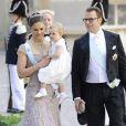 La princesse Victoria et le prince Daniel de Suède avec leur fille la princesse Estelle au mariage de la princesse Madeleine de Suède et de Chris O'Neill au palais royal à Stockholm le 8 juin 2013.