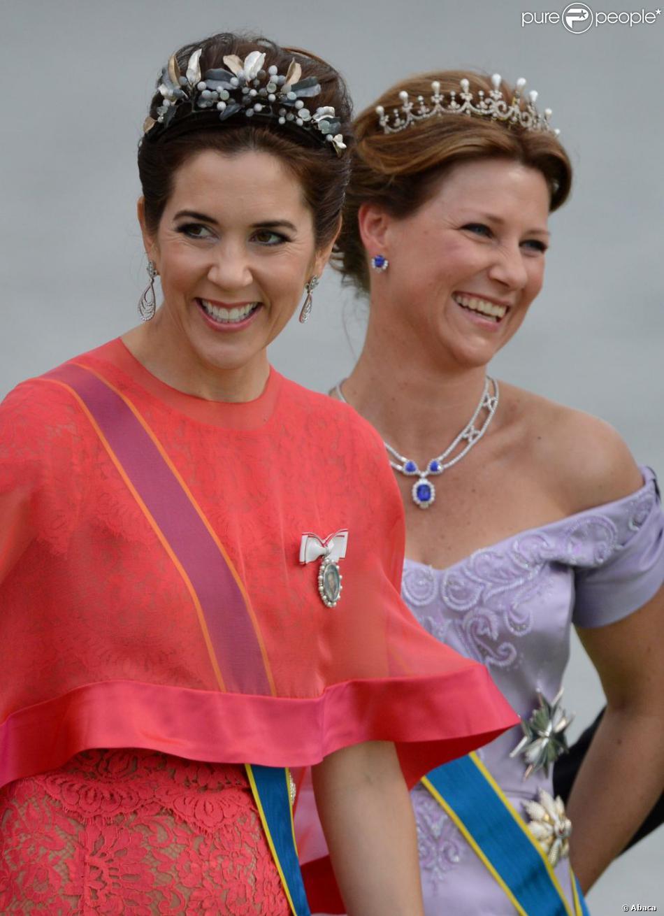 Les princesses Mary de Danemark et Märtha-Louise de Norvège au mariage de la princesse Madeleine de Suède et de Chris O'Neill au palais royal à Stockholm le 8 juin 2013.