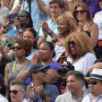 Serena Williams supportée par son clan à la finale dames à Roland-Garros le 8 juin 2013.