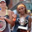 Maria Sharapova, Serena Williams posent après la finale dames à Roland-Garros le 8 juin 2013.