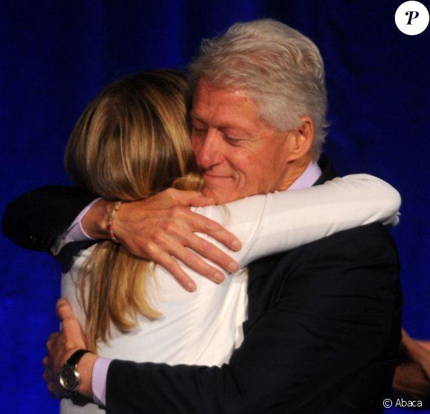 Bill Clinton a reçu des mains de sa fille Chelsea le trophée Fathers of the Year (Pères de l'année 2013) lors d'un dîner de charité à New York, le 11 juin 2013.