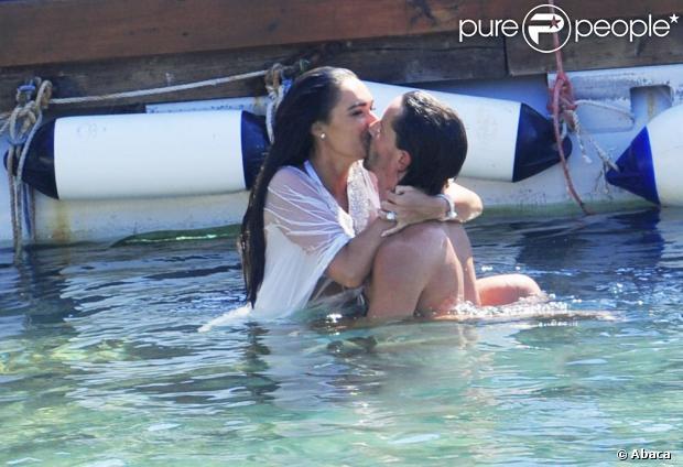 Tamara Ecclestone et son époux Jay Rutland barbotent durant la beach party organisée au lendemain de leur mariage, au Grand-Hôtel du Cap-Ferrat le 12 juin 2013.