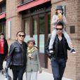 Hugh Jackman et son épouse Deborra-Lee à New York avec leurs enfants Oscar et Ava. Le 12 octobre 2011.