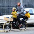 Liev Schreiber fait du vélo et embarque ses fils Alexander et Samuel. A New York, le 10 octobre 2012.