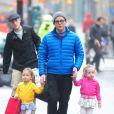 Matthew Broderick et ses jumelles Marion et Tabitha dans les rues de New York, le 10 décembre 2012.