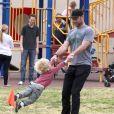 Liev Schreiber prend toujours le temps de jouer avec ses enfants. A Brentwood, le 14 avril 2013.