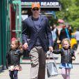 Matthew Broderick s'occupe de ses jumelles Marion et Tabitha. A New York, le 13 mai 2013.